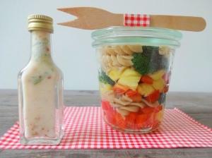 Veganer-Nudelsalat-to go-Kokos-Topping