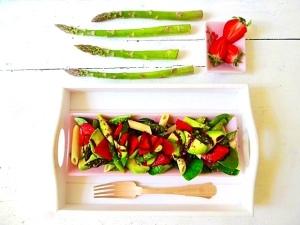 Grüner Spargel mit Erdbeeren